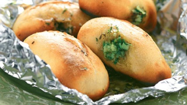 Herbed bread rolls served in foil